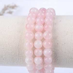 3 bracelets en perles de pierre quartz rose sur son support